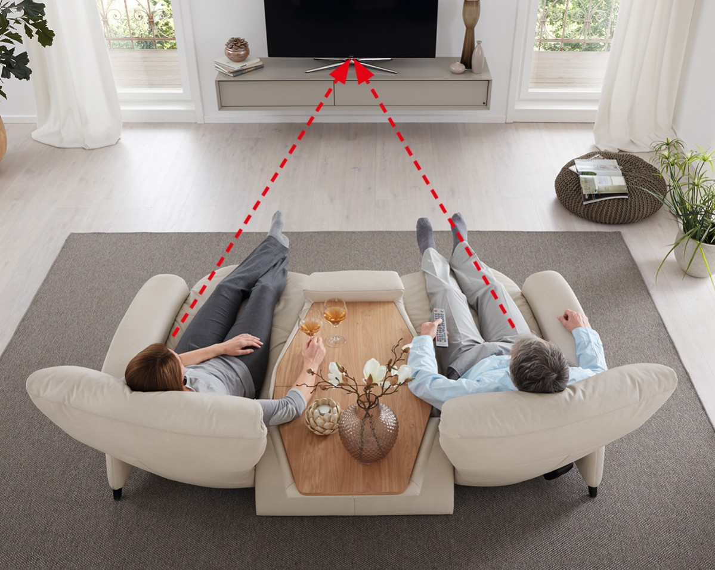 Inklusive Ablagetisch mit Schmetterlings-Technik.  Die trapezförmige Anordnung und das Comfortmaster-System mit anpassbaren Kopfstützen ermöglichen eine optimale Fernseh-Position.