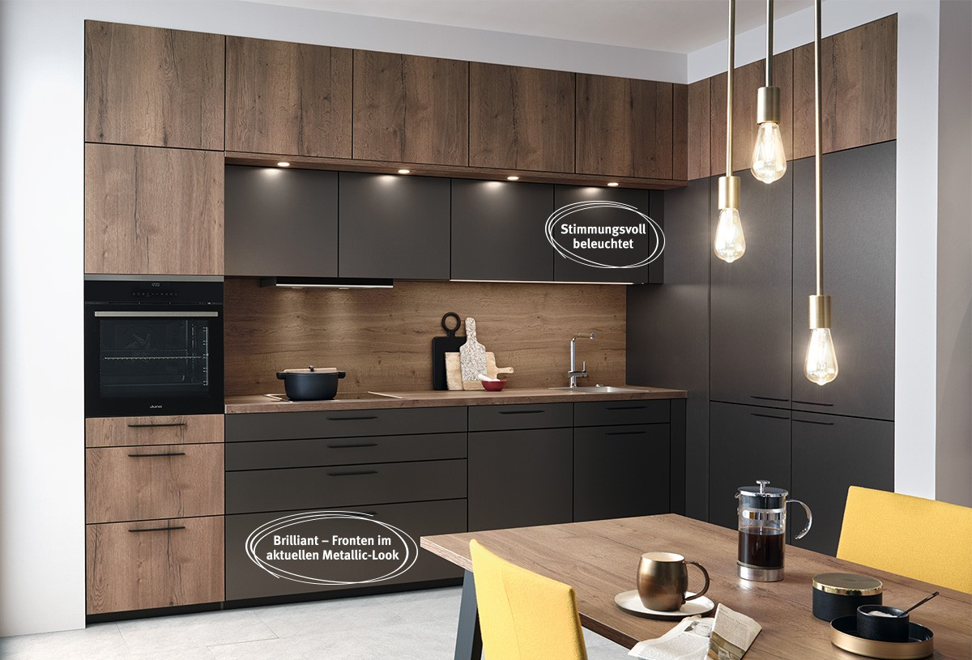 Kompakte Küche mit viel Stauraum durch maßgeschneiderte Lösungen. Indirektes Licht sorgt für eine perfekte Ausleuchtung und bringt gleichzeitig Wärme in den Raum.