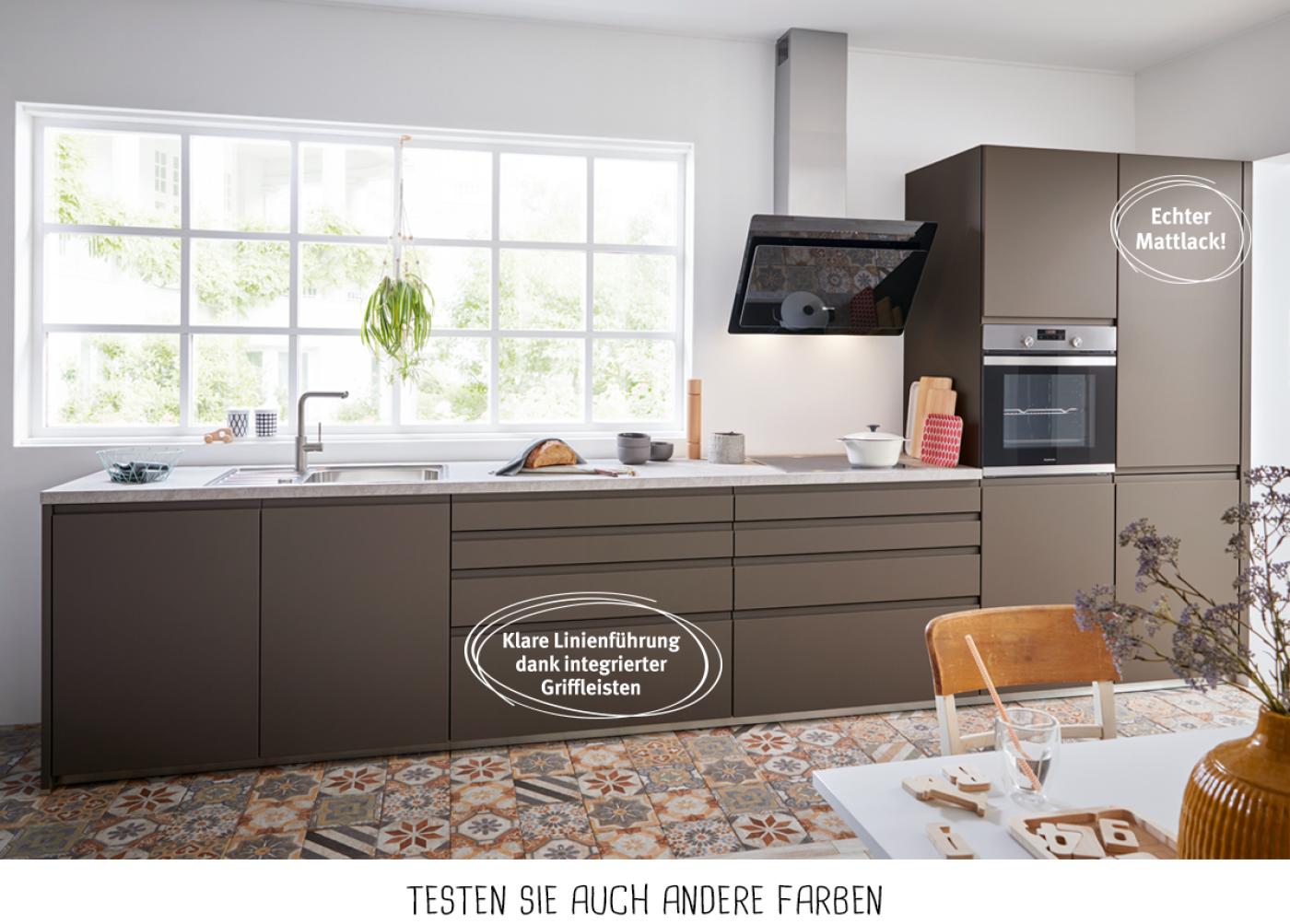 Design-Küchenzeile mit Fronten in Havannabraun und reduzierten Eingriffleisten.