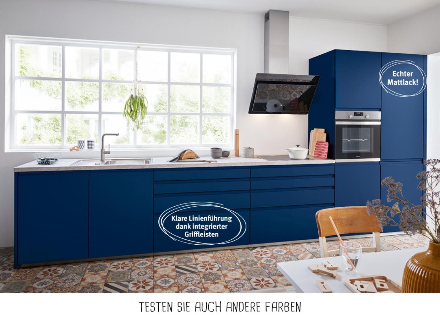 Design-Küchenzeile mit Fronten Aquablau und reduzierten Eingriffleisten.
