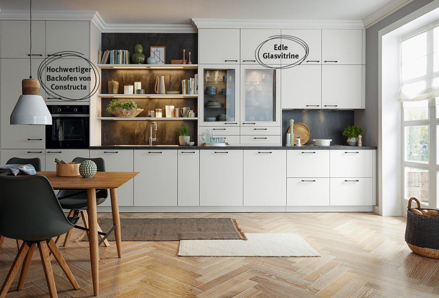 Deckenhohe Küchenzeile mit reduzierter Optik und modernen Details.