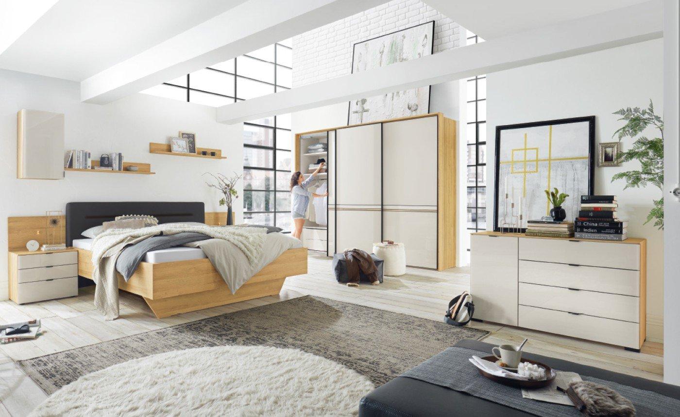 Schlafzimmerprogramm,  Korpus Dekor Struktureiche natur, Front Sandglas, mit  schwarzen Griff- und Zierleisten. In vielen verschiedenen  Glasfarben und Dekoren erhältlich (siehe unten).